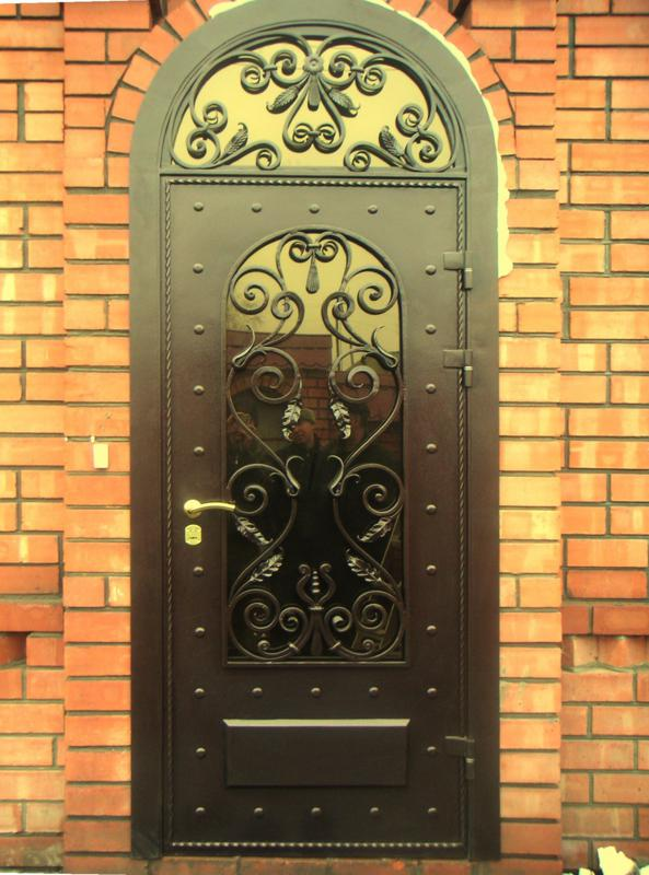 большая кованная входная дверь