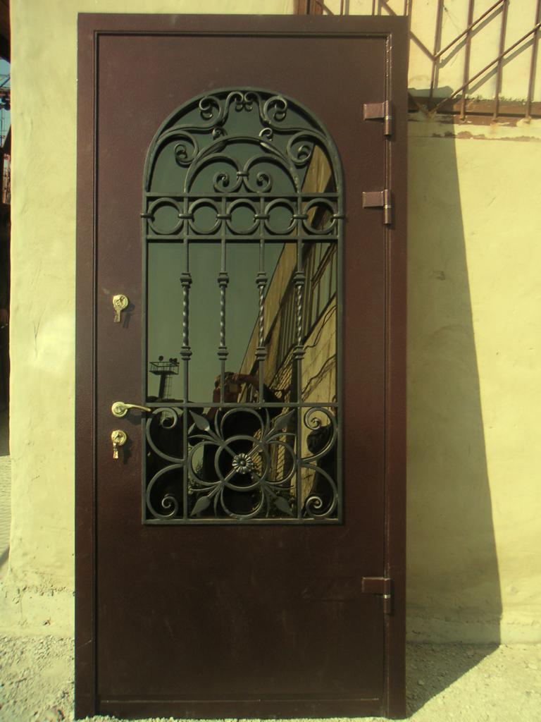кованным металлическим дверям